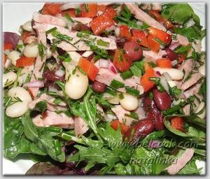 салат с фасолью и копчеными колбасками