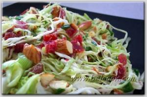 Капустный салат с сушеной клюквой и миндалем